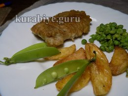 Рыба в кляре с запечённым картофелем и зелёным горошком