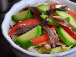 """Салат """"Хуарпо"""" с анчоусами, авокадо и яйцом пашот"""