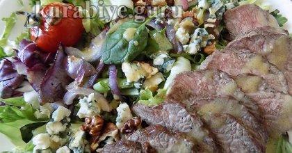 Стейк салат с говядиной, запечёнными томатами и горчичной заправкой