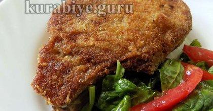 Хрустящая свиная котлета с салатом из шпината и томатов
