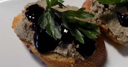Паштет из куриной печени с вишнёво-смородиновым соусом