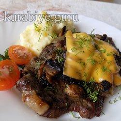 Говяжья отбивная с грибами и картофельным пюре с сыром