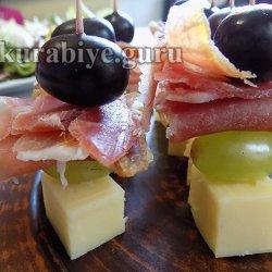 Виноградно-сырная закуска с прошутто на шпажке
