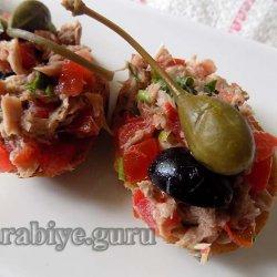 Кростини с тунцом и томатами