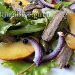 Стейк салат с говядиной и персиками