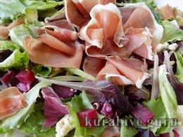Салат со свёклой, прошутто и голубым сыром