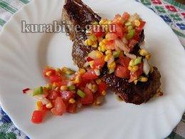 Стейк с салатом из кукурузы гриль