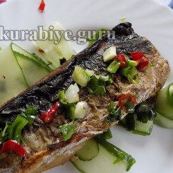 Жареная скумбрия с острым огуречным салатом