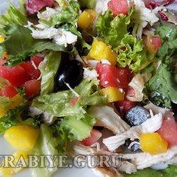 Куриный салат с летними ягодами