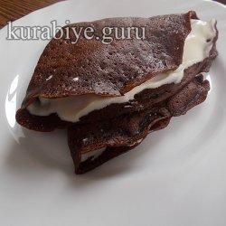 Шоколадные блинчики с взбитыми сливками