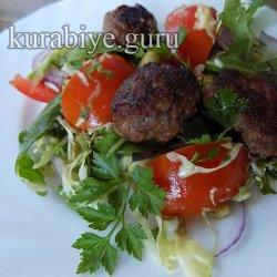 Весенний салат с говяжьими фрикадельками